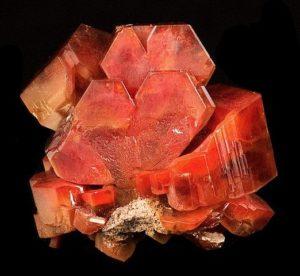 Ванадинит в гексагональных кристаллах