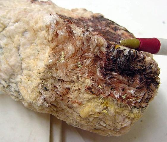 Алунит (квасцовый камень)