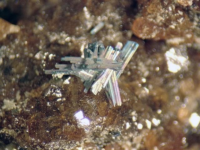 Игольчатые кристаллы айкинита