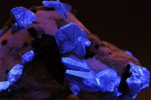 Кристаллы бенитоита при УФ-свете