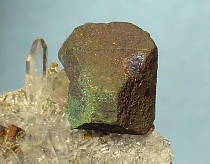 Кристалл борнита на кварцевых иглах